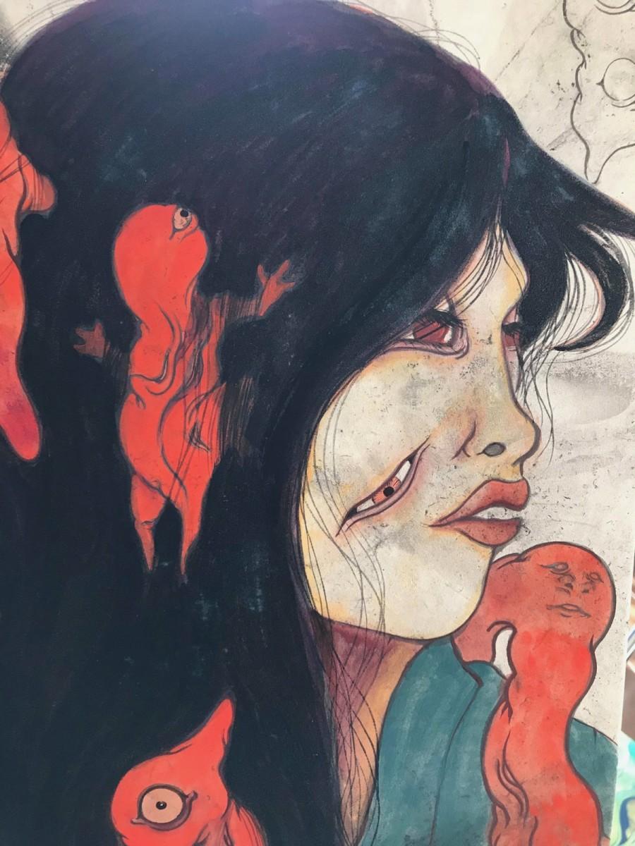 同展で展示されている作品「ひなびた旅館の赤い眼の猫女」