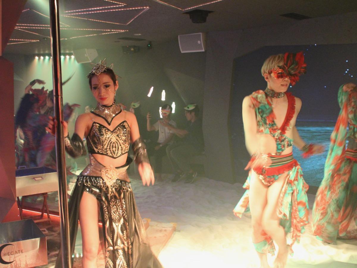 同施設のショーでパフォーマンスを披露するダンサー