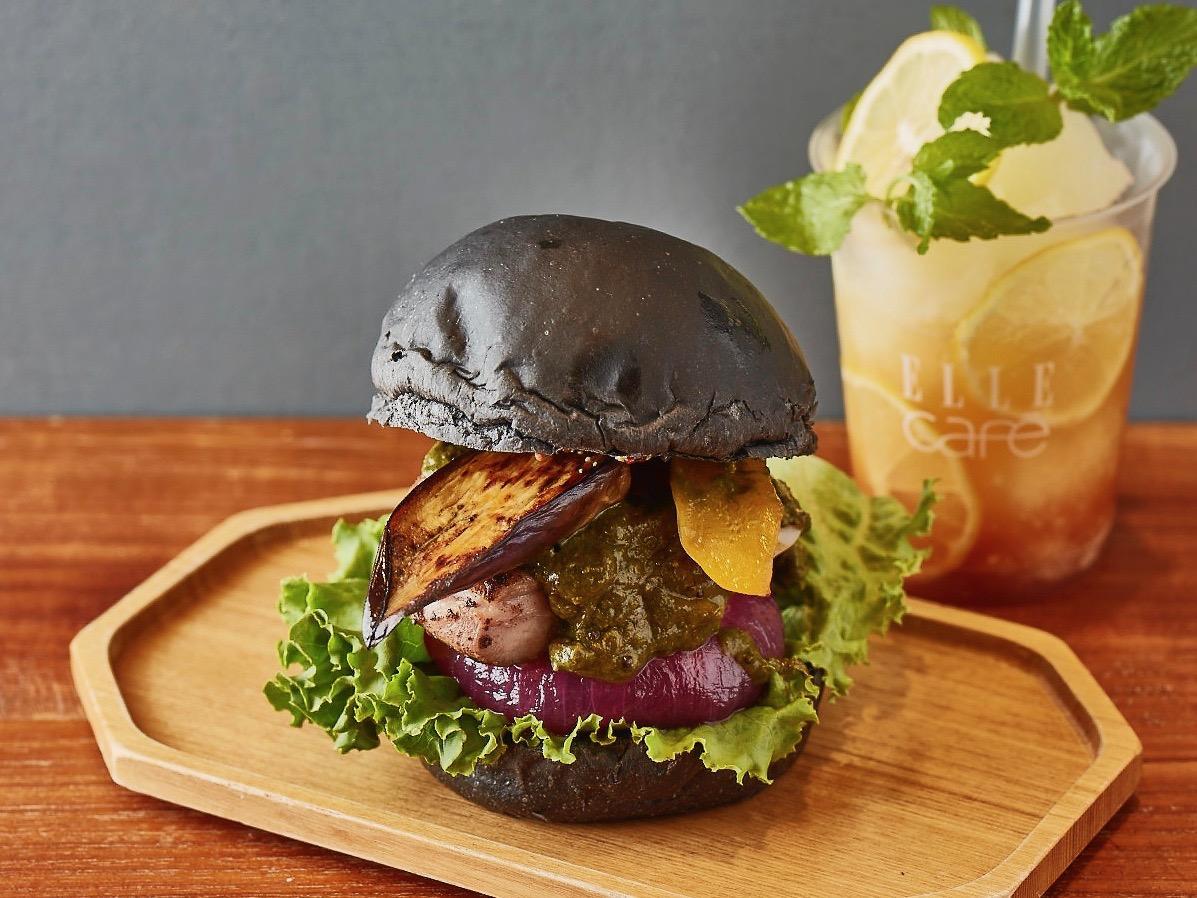 「エルカフェ」が提供する「夏野菜とジャークチキンの薬膳カレーバーガー」