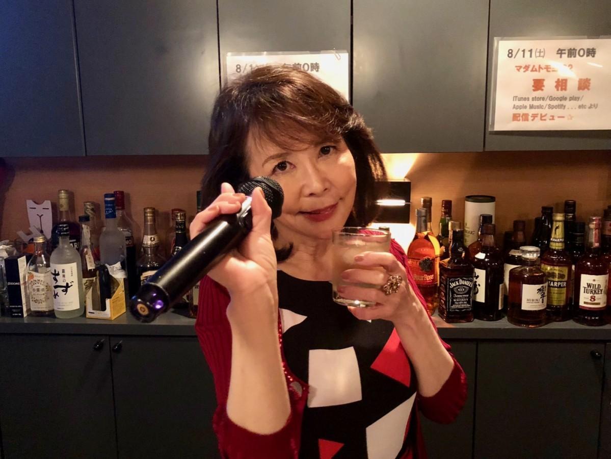 「マダムトモヨ(62)」名義で歌手デビューした倉本朋代さん