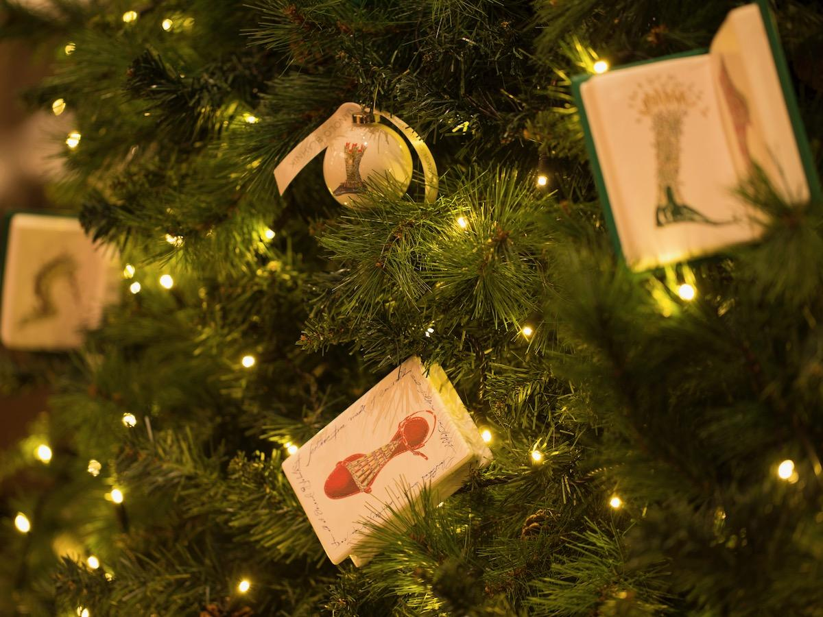 「マノロ ブラニク」が手がけるオーナメントで飾られるクリスマスツリー