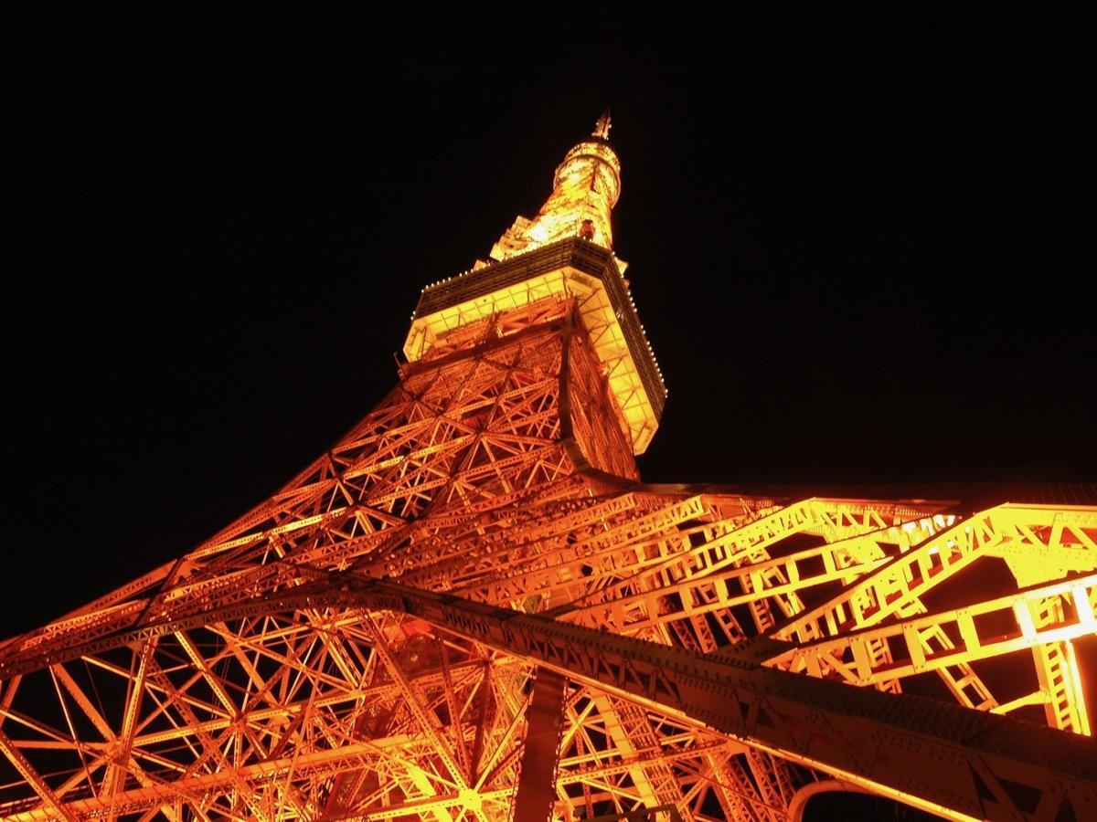 東京タワー(港区芝公園4)で年末年始の塔体ライトアップとメインデッキの電光表示が実施される。