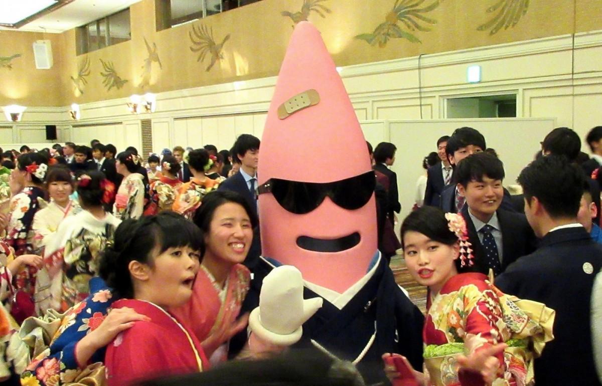 2018年の港区の新成人と東京タワー公式キャラクター・ノッポン