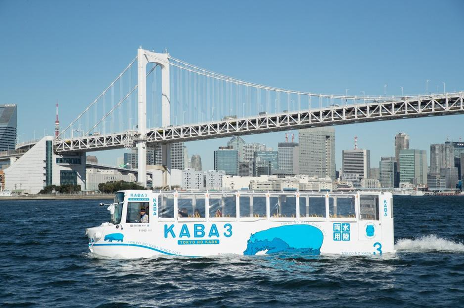 お台場の海上を走る水陸両用バス「TOKYO NO KABA」のイメージ