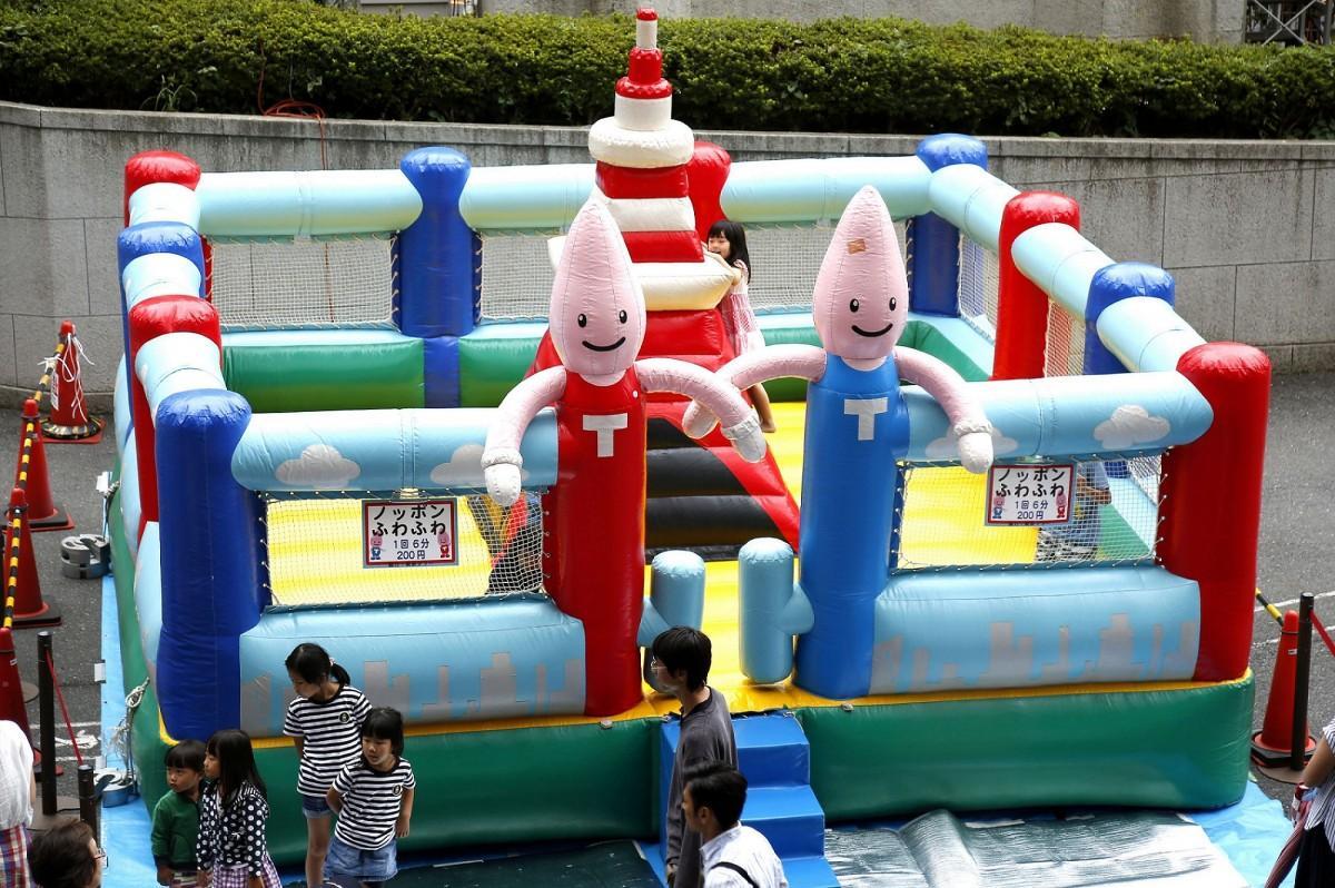 屋外アトラクションイベント「GWは東京タワーでノッポンふわふわ!」も開催