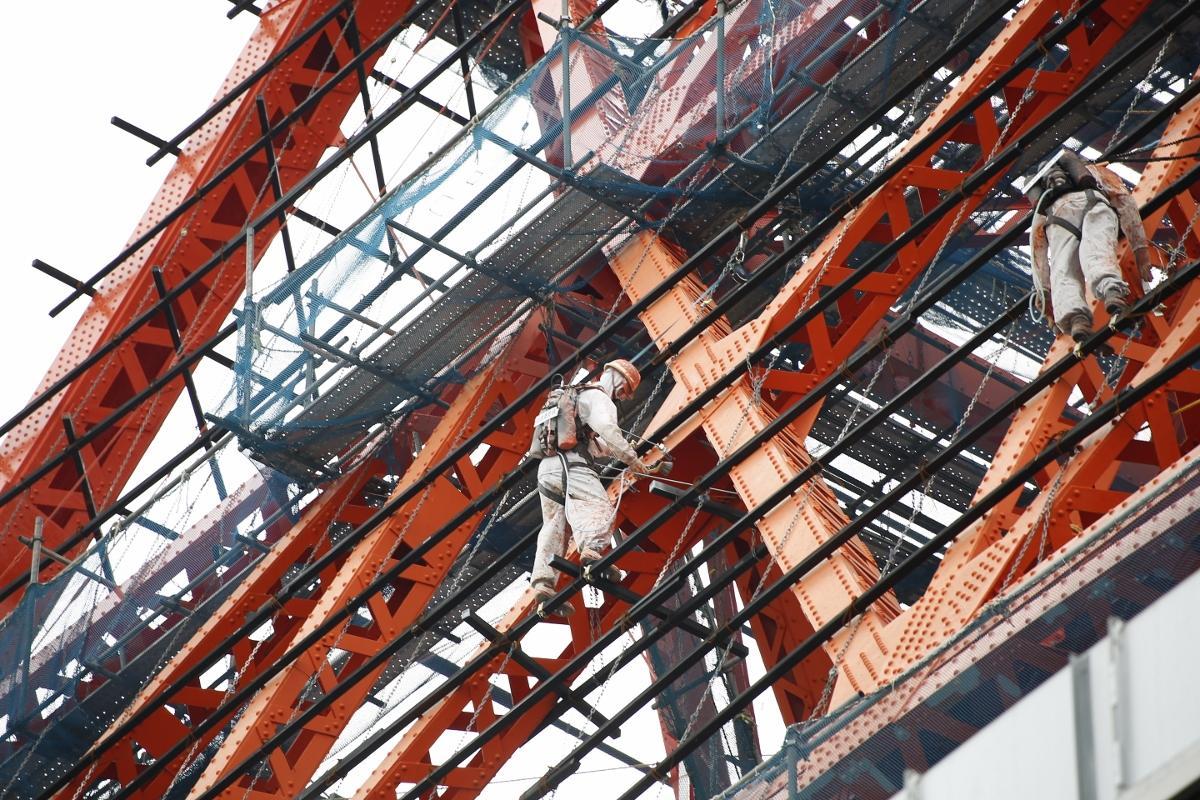 東京タワーの西側の鉄骨に設置されている「塗装職人マネキン」