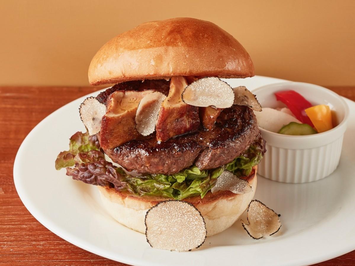 「ヒルズ ダル・マット」が提供する1日20食限定メニュー「フォアグラ+Aランク山形牛のジューシーバーガートリュフ風味」