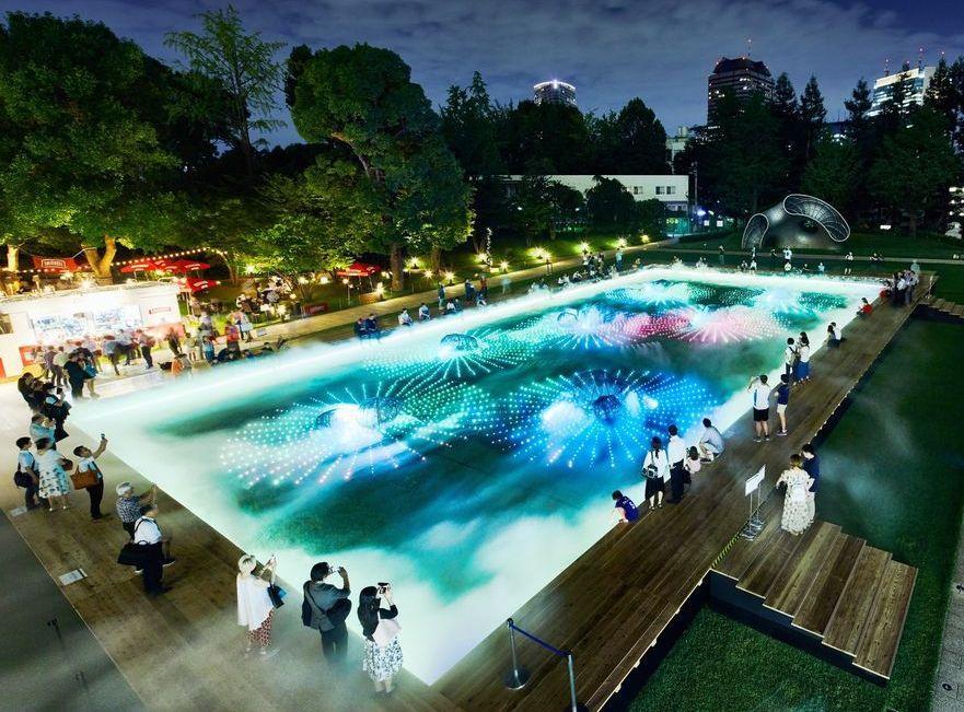 光と霧のデジタルアート庭園で夏の涼を体感できる