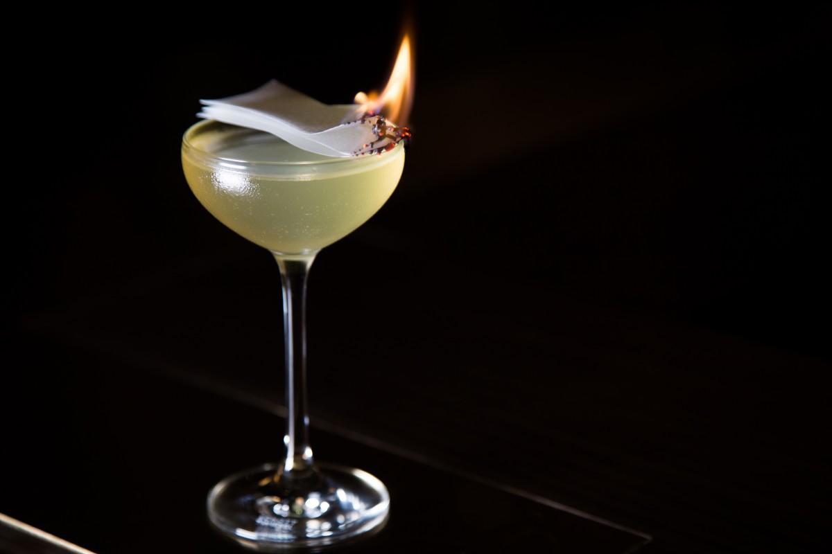ゲストの目の前でマンゴーオイルに浸した紙を燃やして香りを引き立たせる仕上げを施す限定カクテル「エデンの園」