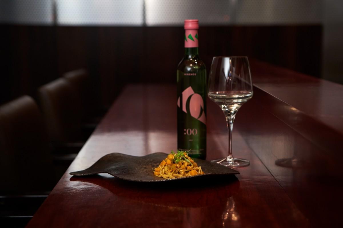 「JUJI 午後10時」と「カレー粉を練りこんだタリオリーニ モンサンミッシェル産のムール貝とカボチャのソース」のペアリング