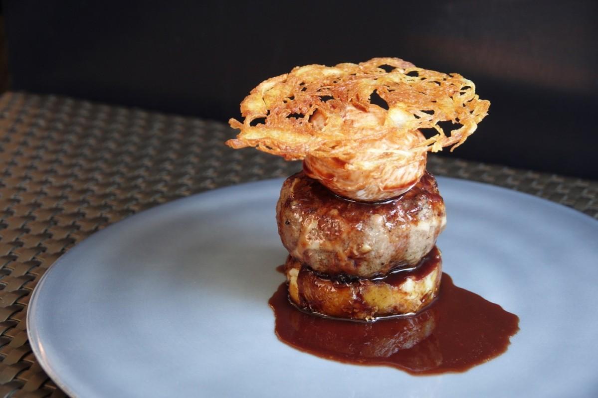 コース料理の中で提供する「フォアグラ入りハンバーグ 名古屋コーチンのポーチドエッグ 季節のトリュフソース」