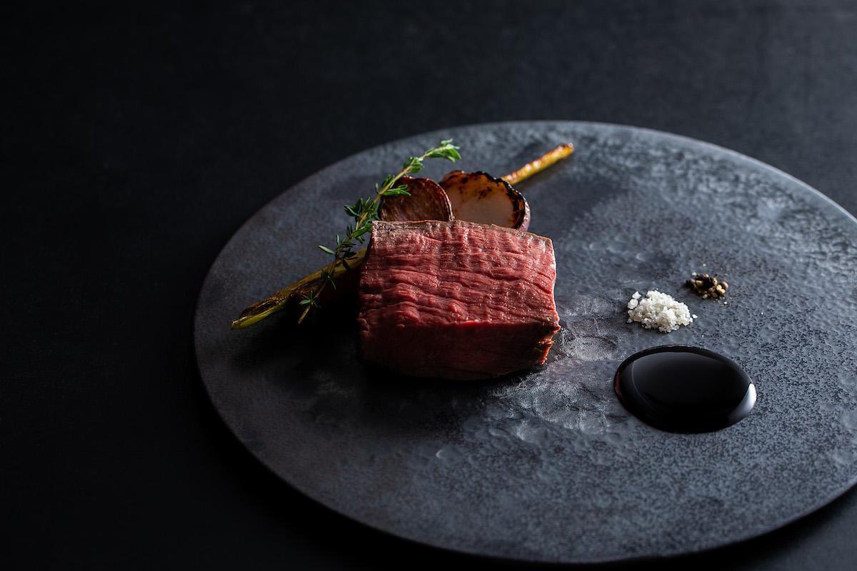 「ハンター直送 蝦夷鹿のロティ」(「溢れるおまかせコース」の料理一例)