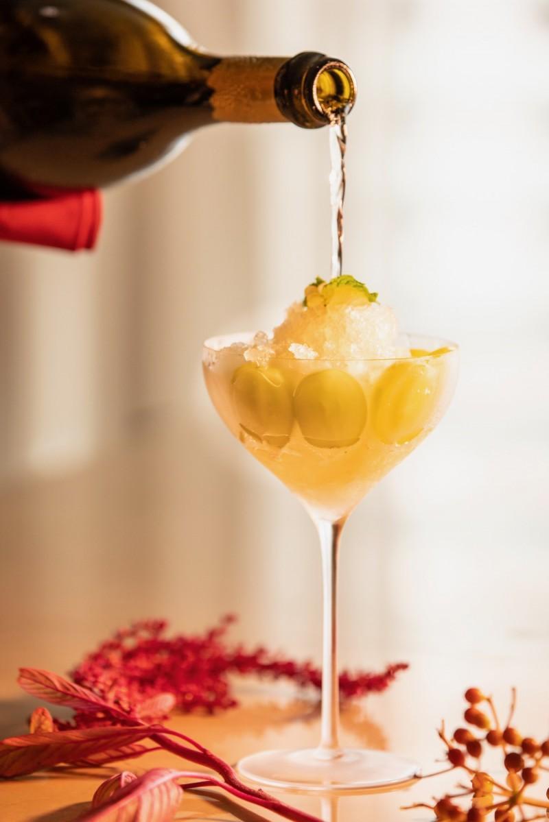 """日によって変わるチーフバーテンダーこだわりのシャンパーニュで作る「香り愉しむ""""シャンパーニュかき氷""""ブドウのグラニテ」"""