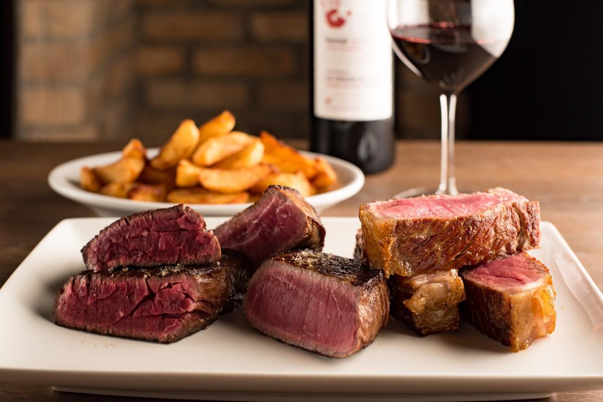 「ステーキに最適な赤身肉」を提供することをテーマに掲げる同店