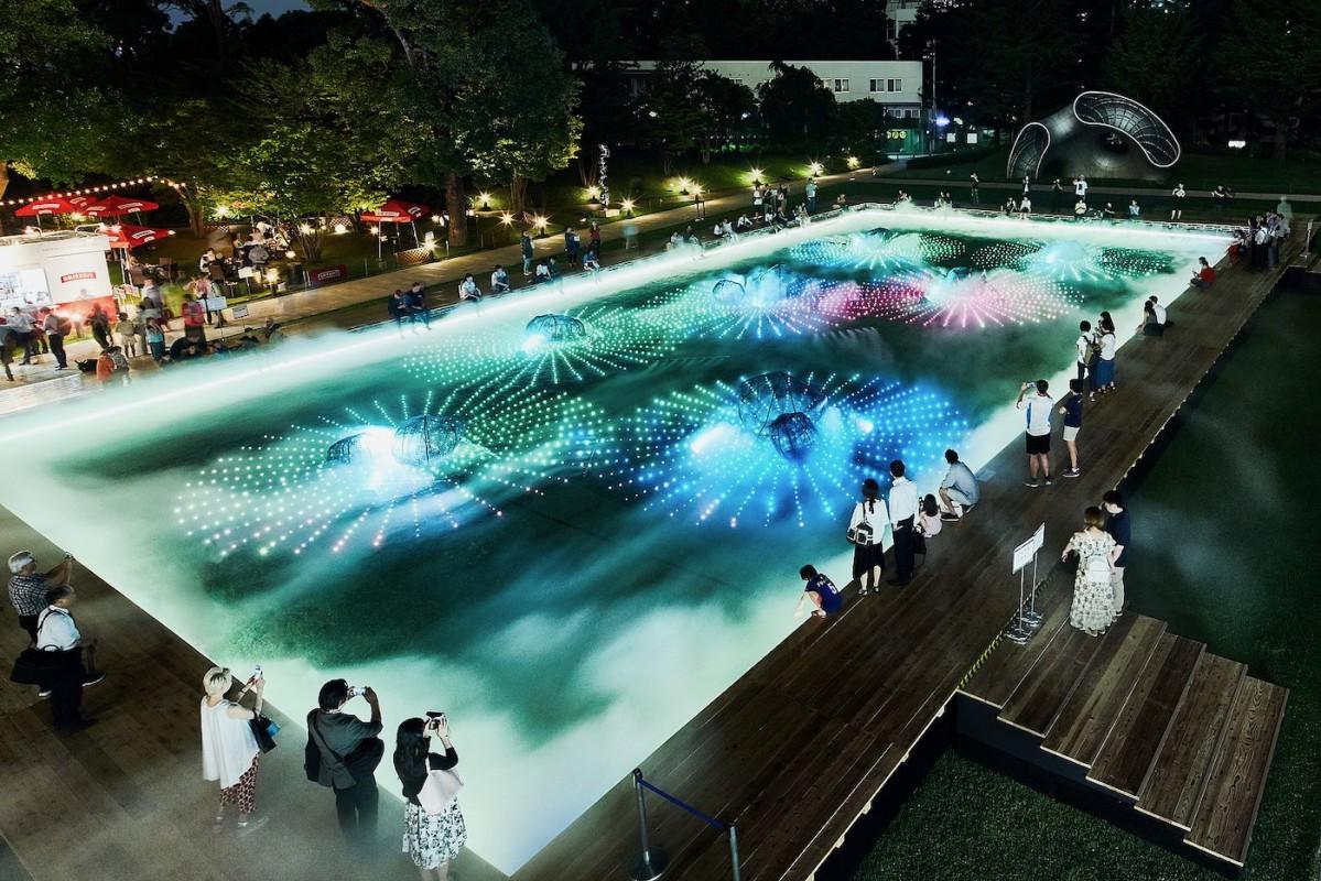 「光と霧のデジタルアート庭園」の様子