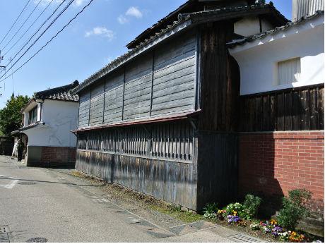 長崎街道「ノコギリ型家並み」を形成する佐賀市八戸地区の中心的建物「旧枝梅酒造」