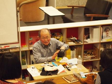 革靴を手に靴の磨き方を指導する「足の科学館 シューズツルヤ」の鶴 洋さん