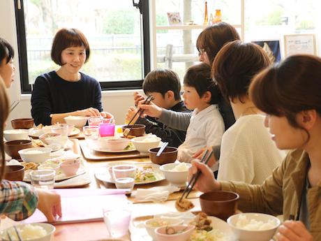 オープン直後から「ママ会」でにぎわうカフェ「キッチンこはく」