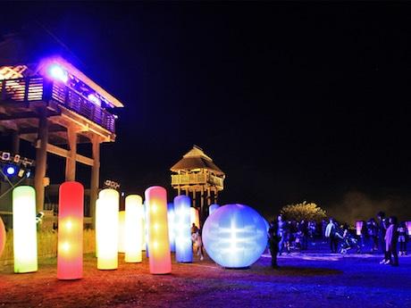 吉野ケ里遺跡の物見やぐらなどをライトアップするイベント「光の響」
