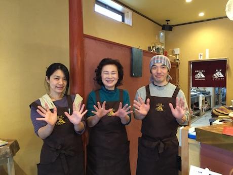 岸川美紀子さん(写真中央)と「古湯キッチン10 -TEN-」スタッフ