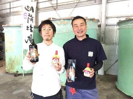 冨永ボンドさん(左)と大和酒造の小川仁さん(右)