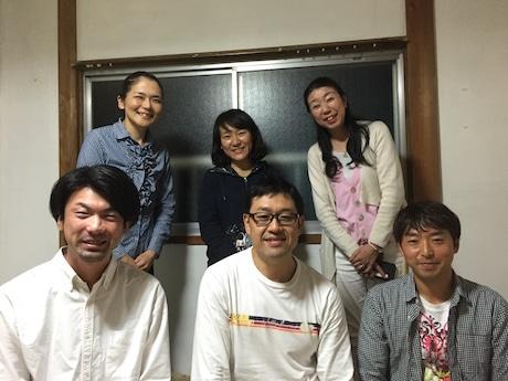 4月29日から熊本県益城町への支援に出発するボランティア (前列左から)小野京介さん、武田健男さん、田上賢吾さん(後列中央)永田千代美さんとサポートスタッフ