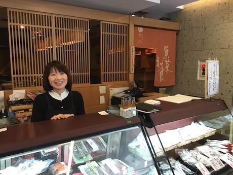 「竹八」東京・阿佐ヶ谷本店の大西ゆかさん 店で紹介する佐賀産品のセレクトも行うという