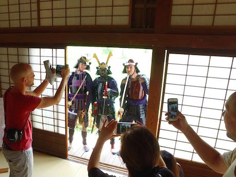 佐賀城本丸歴史館で「甲冑体験」を楽しむヘメルさんら