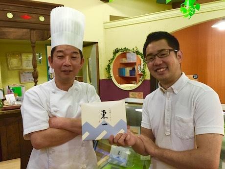 (左から)「大吟醸バターサンド 東一」を手にするシェ・ヤマモトの山本揚一郎さん、竹下商店の三木雄太さん