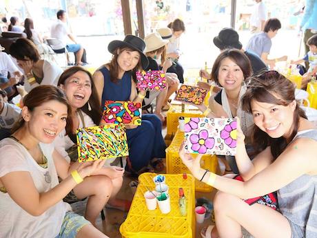 昨年の「感謝祭」イベントでボンド・アート体験を楽しむ来場者