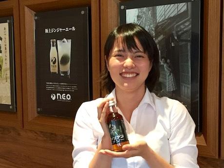 「エイリアンエナジー」を手にする「友桝飲料」営業部オリジナル商品企画課の前田一美さん