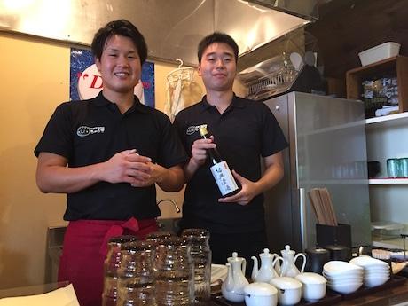 範東洋彦さん(左)と水ギョーザ専門店「ちゃおず」スタッフ