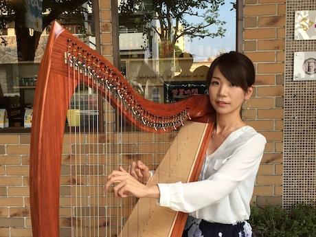 金曜夕方の「軒先ライブ」を開く「ハープ教室cocoron」の児島祐子さん