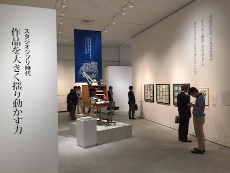 近藤喜文氏の机を再現した展示室内