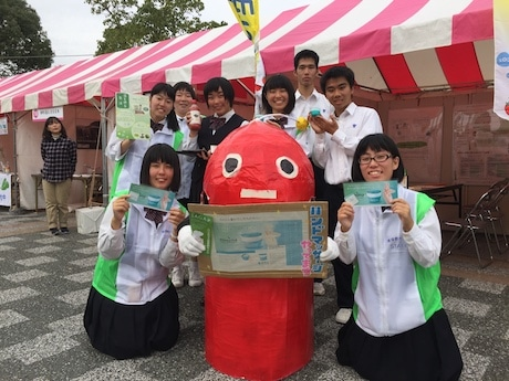 佐賀市のバイオマスの取り組みをPRする佐賀商業高校3年生とPRキャラクター「ばいおますお君」