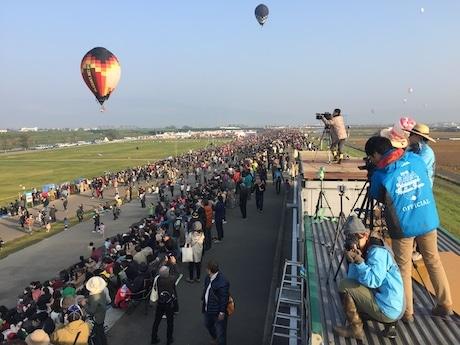 「2016佐賀熱気球世界選手権」で活動する公式サイト担当チーム(右側)