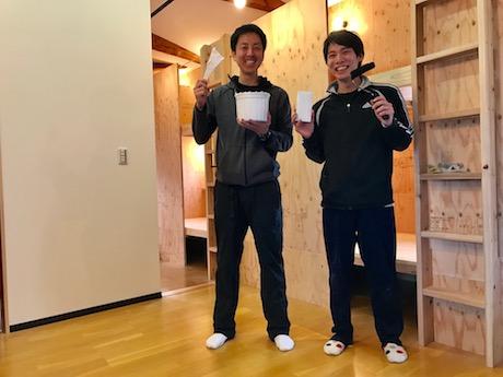 「佐賀インターナショナル・ゲストハウス葉隠」社長の岩永清邦さん(左)、店長の高瀬伶さん(右)