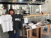 佐賀駅前の飲食店で「佐賀Tシャツ」展 地元デザイナーが佐賀を表現