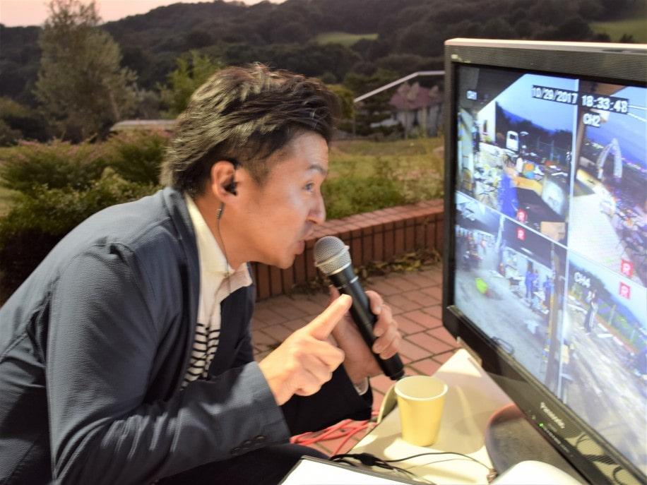 「ふっちーチェック」を行う司会者の渕上史貴さん
