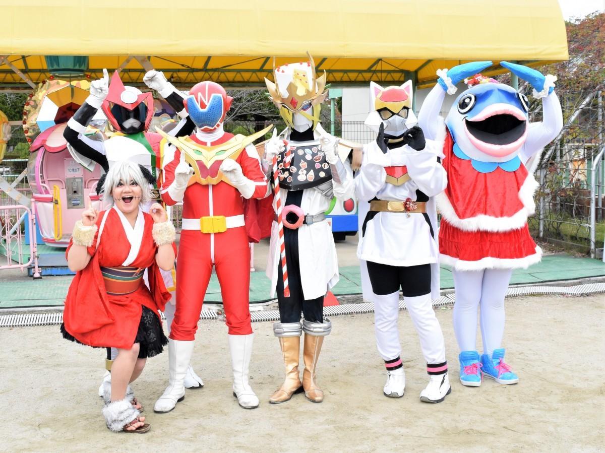 「生誕10周年」をPRするなつレンジャー(右から4人目)と佐賀のご当地ヒーローたち