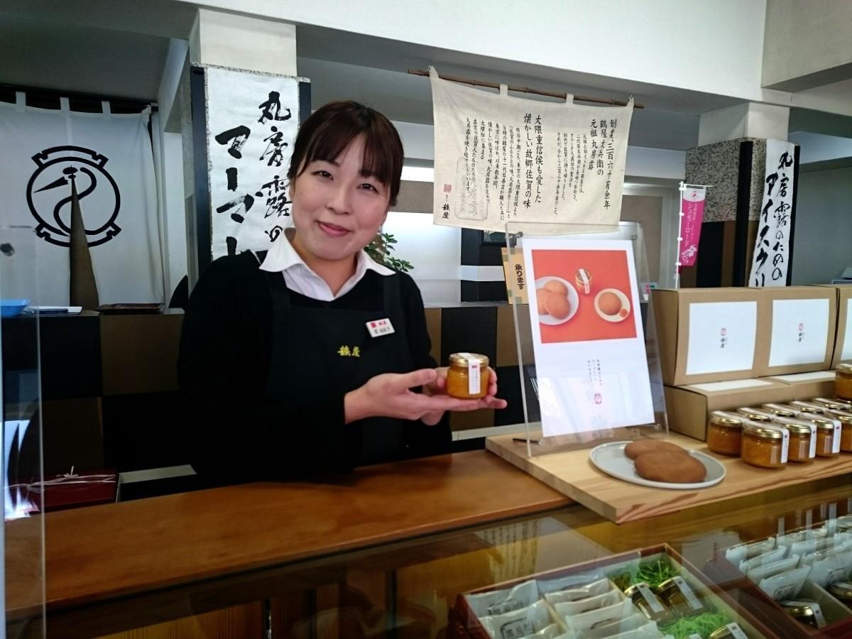 マーマレードを手にほほ笑む同店の堤由紀子さん
