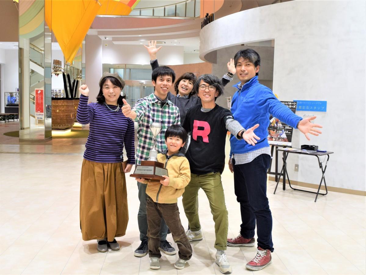 上田諭選手(左から2人目)と佐賀バルーンフェスタ公式ネットチーム