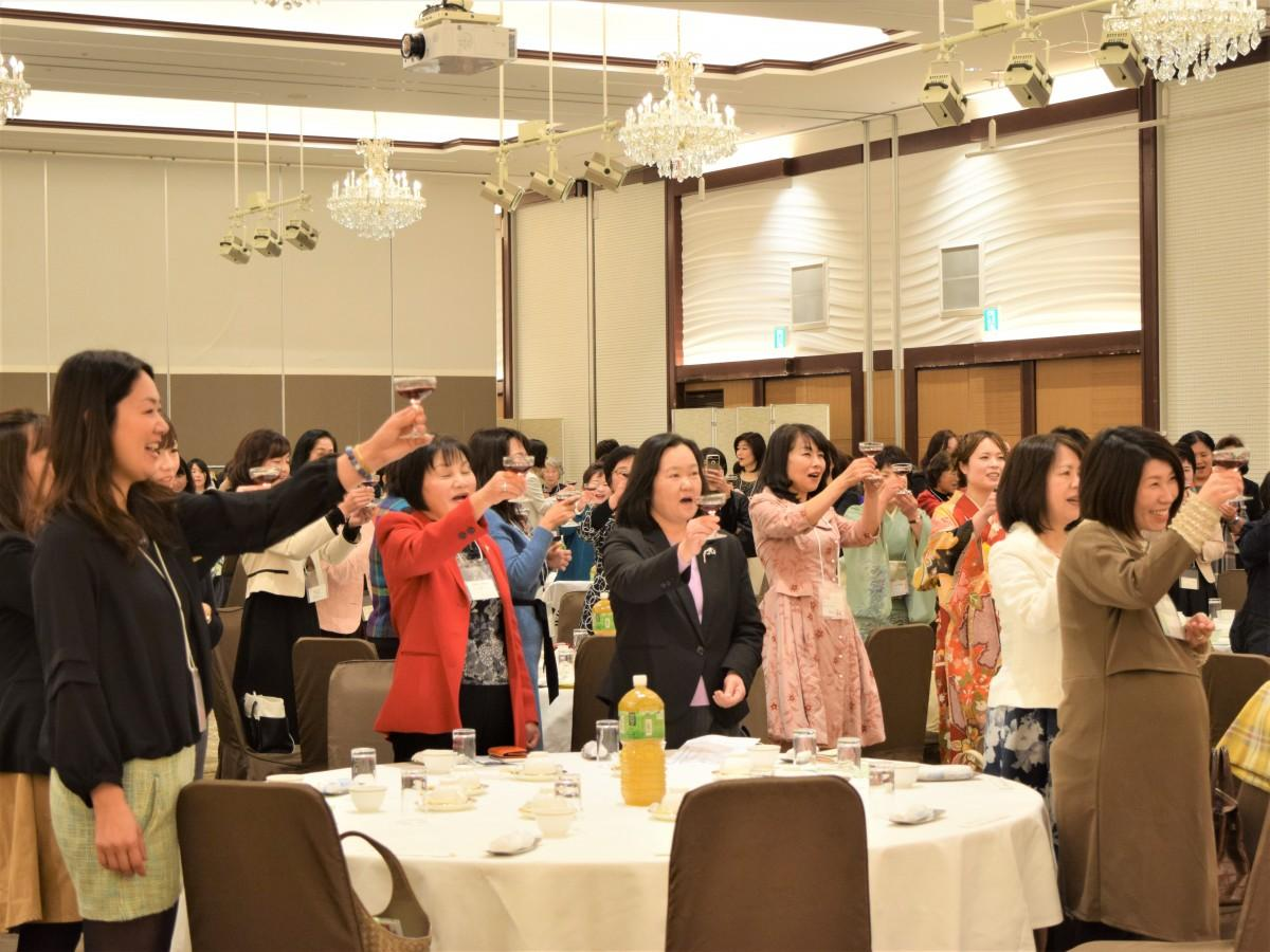 笑顔で乾杯する参加者たち