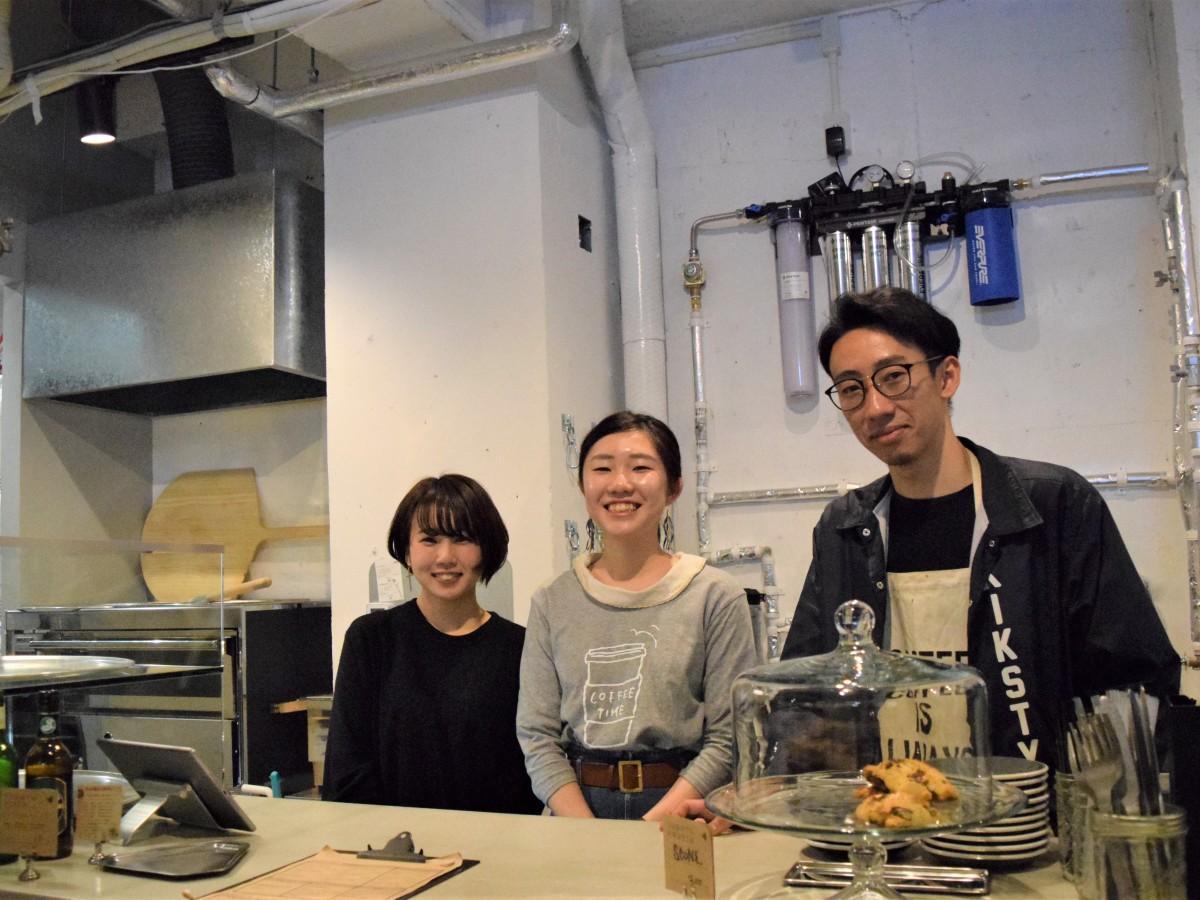 「LIFT COFFEE」店長の田中理弘さん(右)とスタッフ