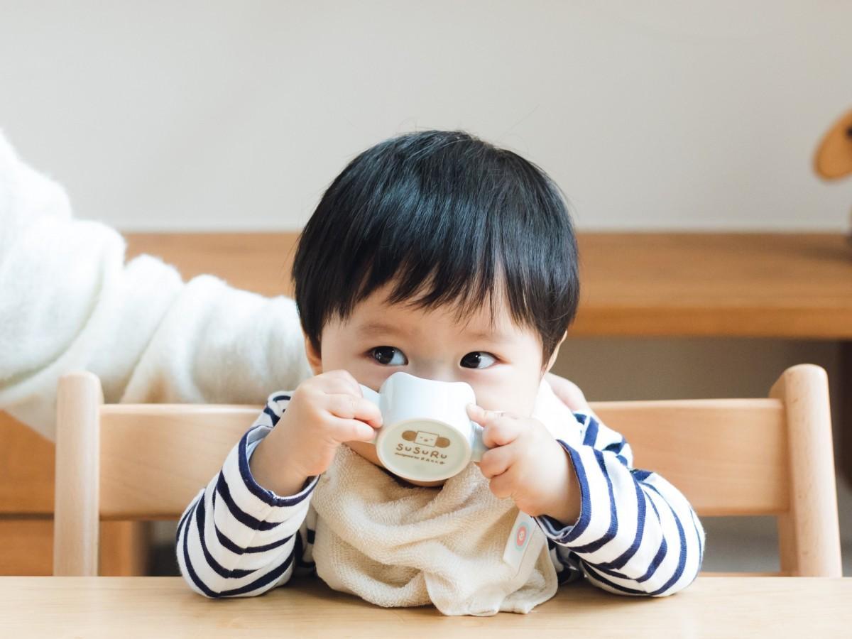 「SUSURU」マグカップを使う赤ちゃん
