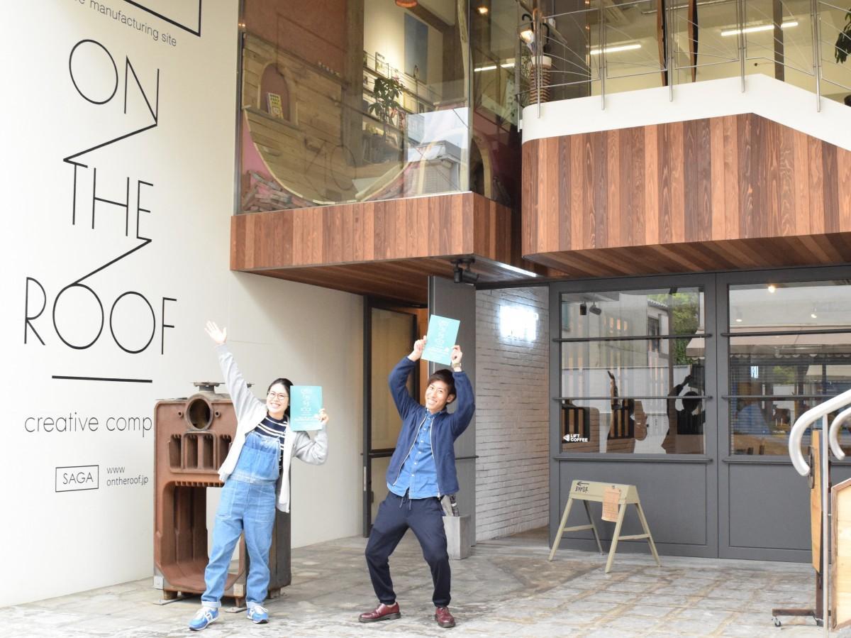 「ON THE ROOF」の前で来場を呼び掛ける、イベント事務局「COTOCO215」の田中貴子さん(左)、石橋真太さん(右)