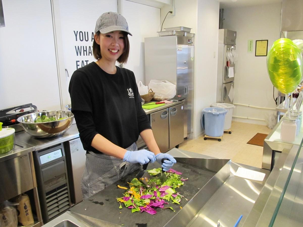 チョップドサラダ専用ナイフで野菜を切るスタッフ