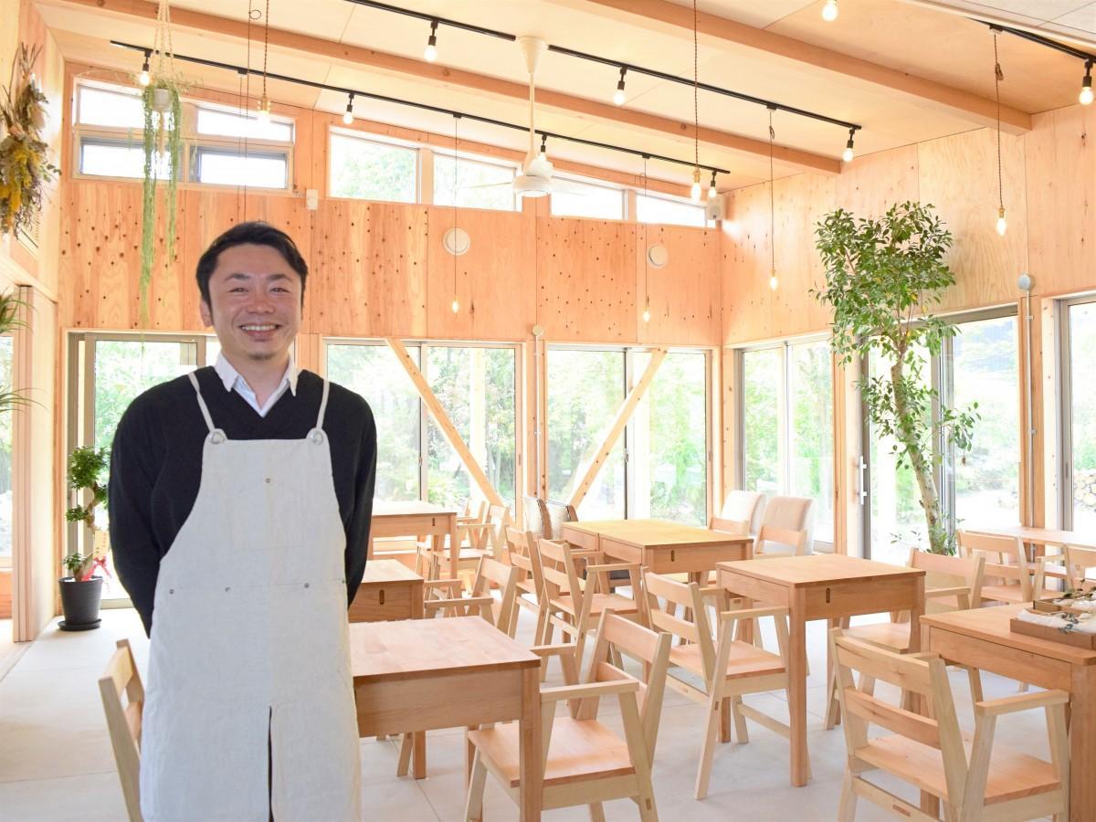 「awai」店内で笑顔を見せる、運営会社「ブルーモーメント」社長の山口洋平さん