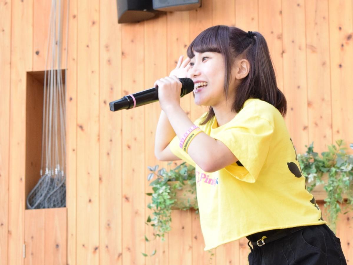 ステージからファンに笑顔で歌いかけるひぜんりささん(今年5月「サガンプロ」主催フリーライブにて)