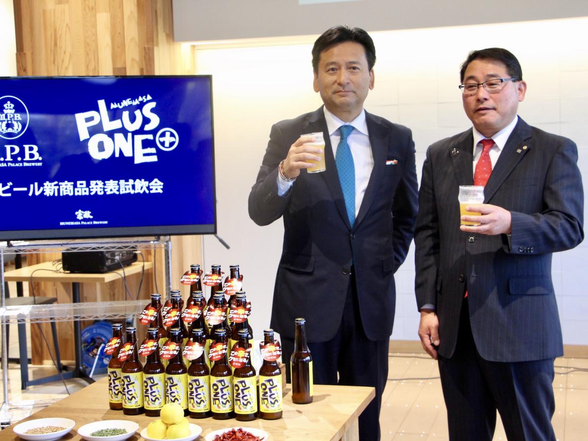 「MUNEMASA PLUS ONE NO.1」をPRする宗政酒造の山崎耕造社長(右)と佐賀県の山口祥義知事(左)